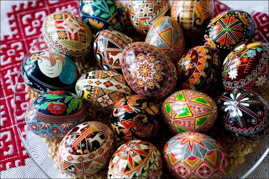 Традиция расписывать пасхальные яйца.